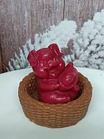 Мыло ручной работы свинка с корабликом в плетенке. Общий вес 180 г. Рождественский подарок к новому году 2019