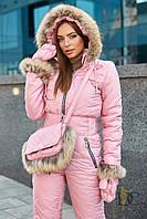 Комбинезон женский из высококачественной плащевки, в комплекте варежки и сумка с мехом енота - Розовый