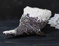 Декоративное кашпо- рог в снегу