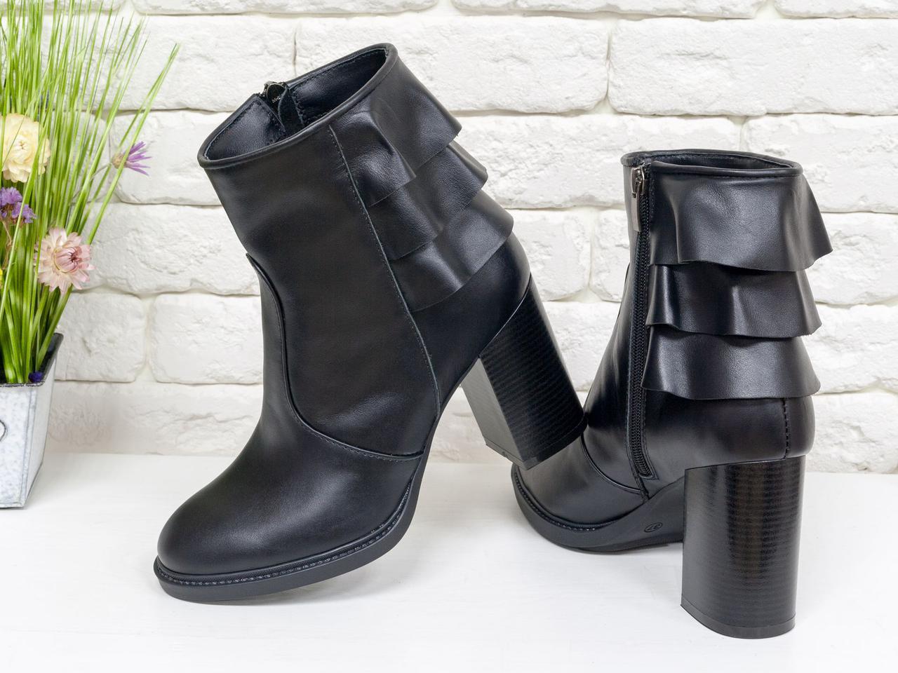 """Ботинки на устойчивом каблуке, выполнены в черной коже с отделкой в виде 3-х ярусной """"юбочки"""" над каблуком"""