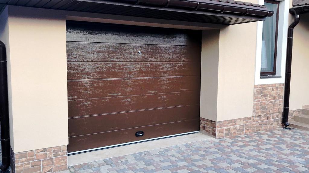 Гаражные секционные ворота Doorhan для загородного дома