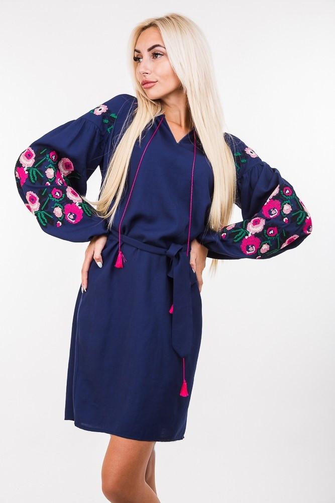 e5b139c52457b63 Современное платье вышиванка с ярко-сочным цветочным узором льняное, темно- синее