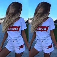 Женская белая футболка с надписью на красном love