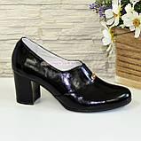 Женские классические лаковые туфли на каблуке, декорированы фурнитурой, фото 2