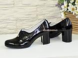 Женские классические лаковые туфли на каблуке, декорированы фурнитурой, фото 3
