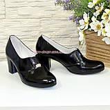 Женские классические лаковые туфли на каблуке, декорированы фурнитурой, фото 4