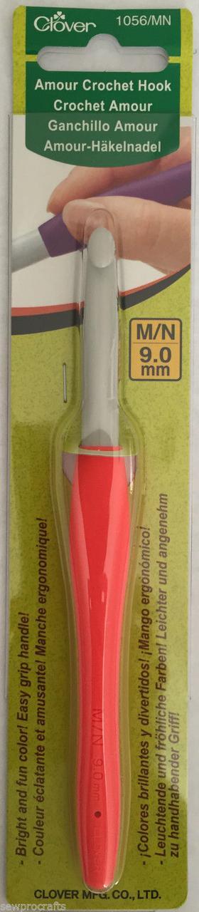 Пластиковый крючок для вязания с мягкой ручкой «Amour» Clover № 1056/MN (9 мм)