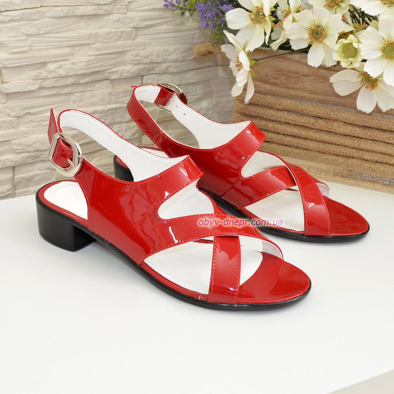 Женские босоножки на невысоком каблуке из натуральной лаковой кожи красного цвета