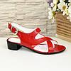Женские босоножки на невысоком каблуке из натуральной лаковой кожи красного цвета, фото 2