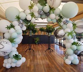 Арка из воздушных шаров с живыми цветами