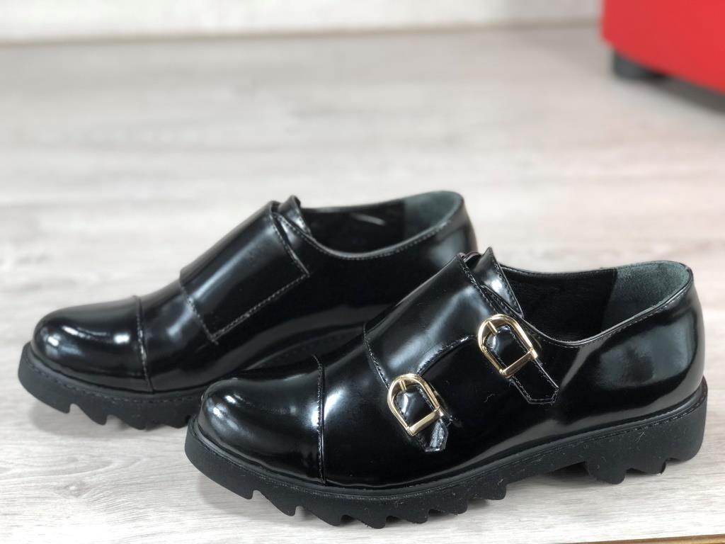 Женские туфли с пряжками черные