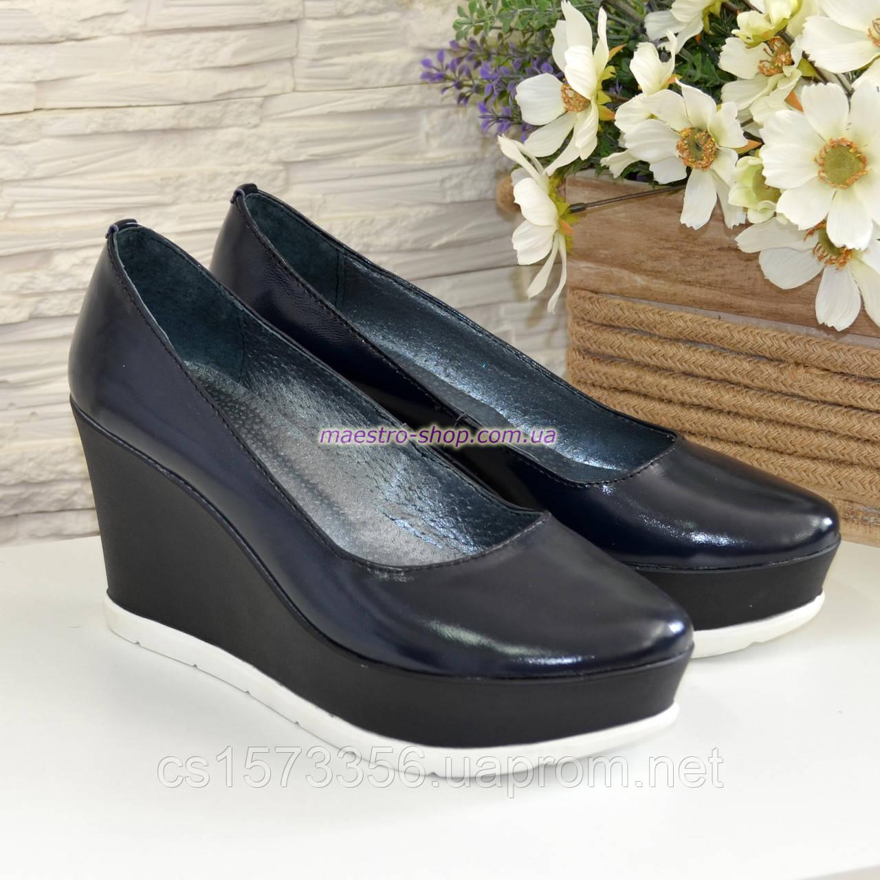 Женские синие лаковые туфли на устойчивой платформе