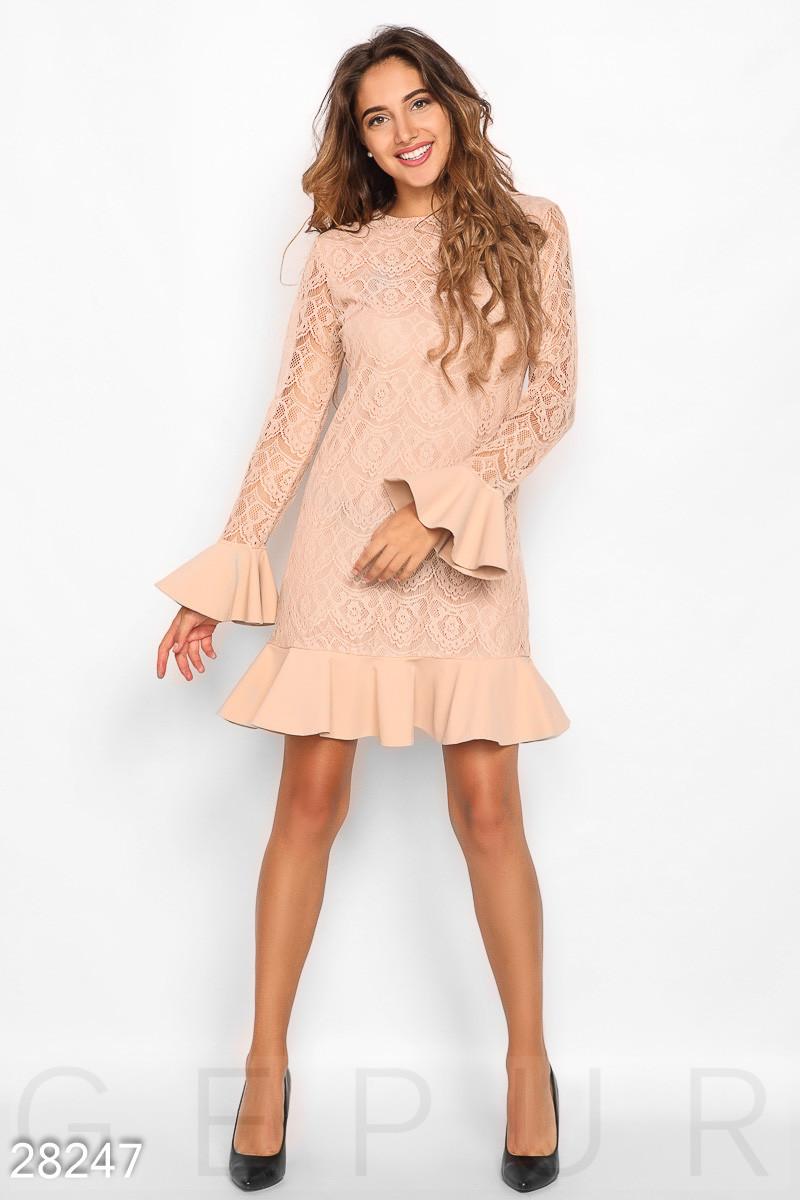 Стильное платье демисезонное с воланами длинные рукава гипюр бежевое