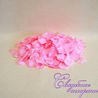 Лепестки роз розового цвета