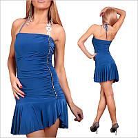 Синее платье с полуоткрытой спиной.
