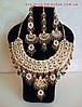 Индийские  украшения к сари, под золото с зелеными камнями, набор тика, серьги, колье .
