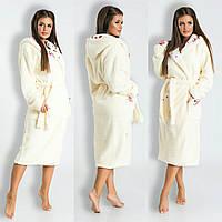 Длинный махровый халат с двойным капюшоном.