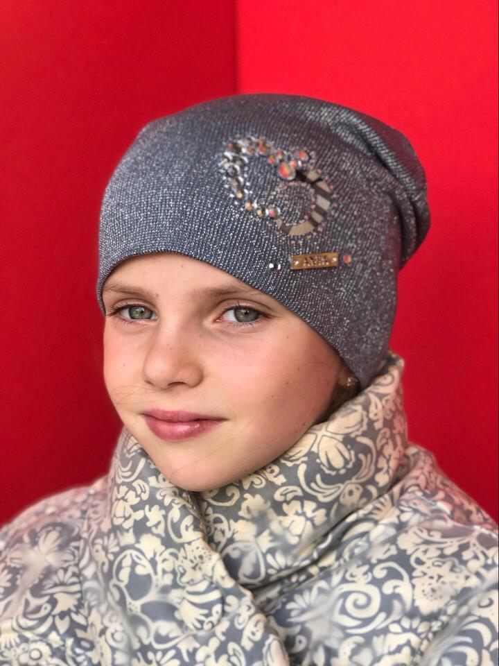 Вязаная шапочка с сердечком для девочки
