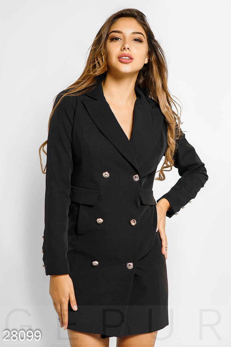 Черное платье-пиджак двубортного кроя