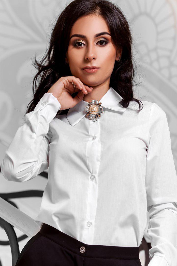 Рубашка белая с брошкой пуговицы скрыты