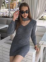 Женское вязаное   платье с чокером украшено жемчугом