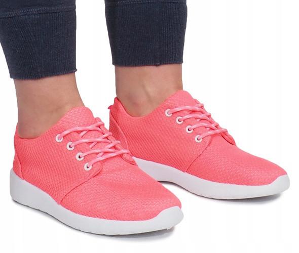 Текстильные женские кроссовки розового цвета