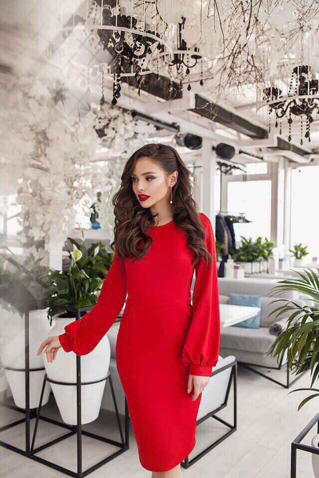 Красивое облегающее платье с широкими рукавами