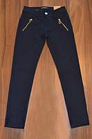 Котоновые стрейчевые брюки для девочки темно-синего цвета