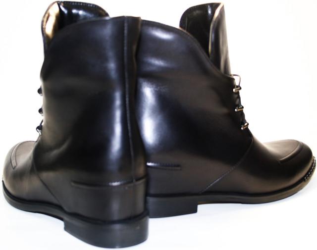 Женские ботинки на шнурках подчеркивают красоту и элегантность образа, окружают ноги заботой и комфортом.