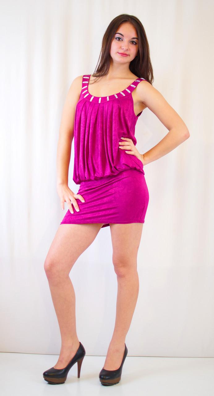 Клубное платье-мини с открытой спиной, украшенное камнями.