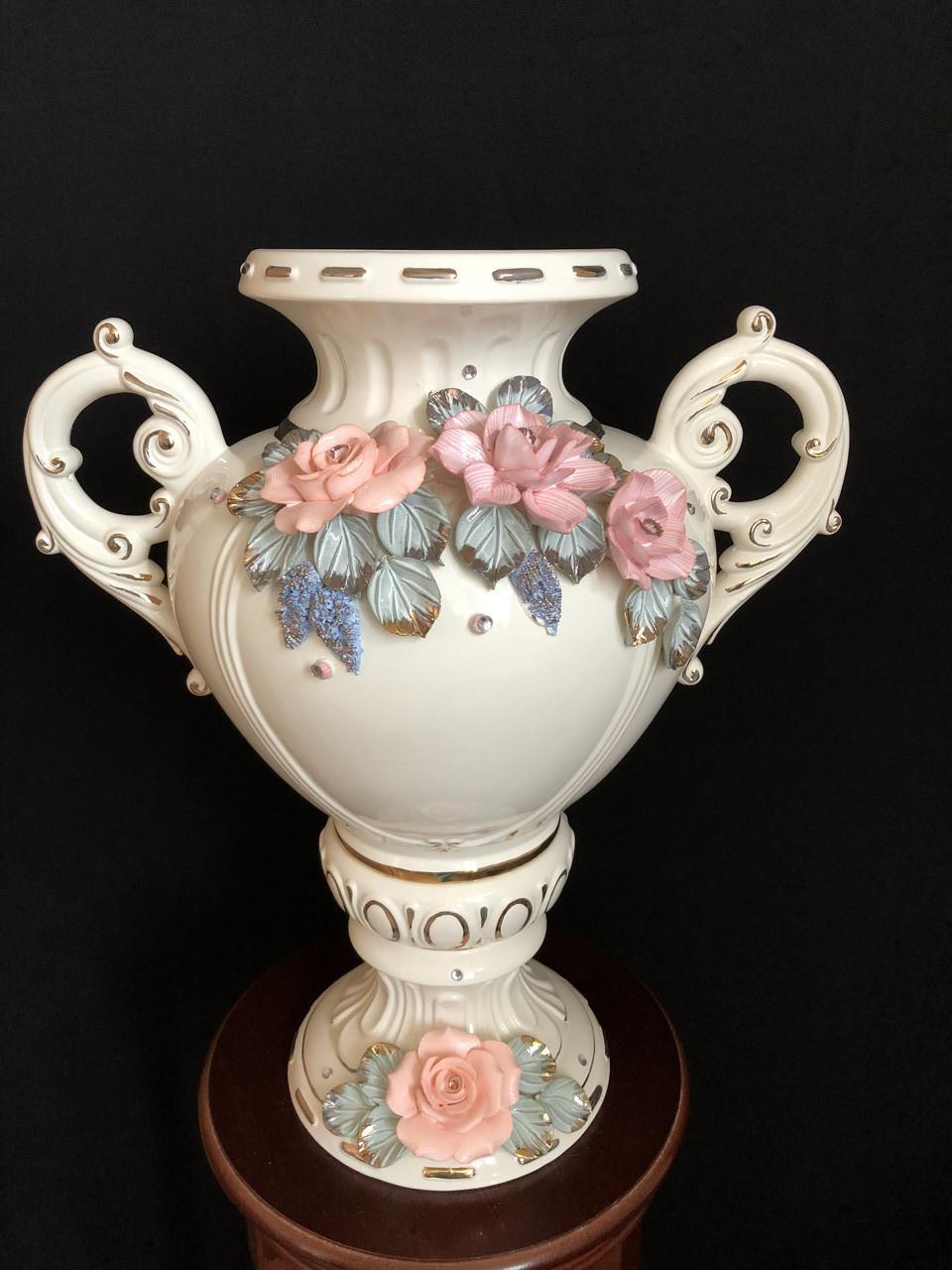"""Ваза настольная керамическая для цветов и цветочных композиций """"Галатея""""  белая с цветной  лепкой и золотом"""