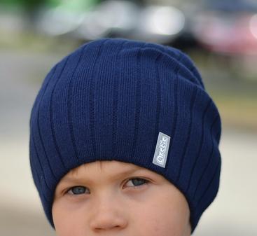 Модная вязаная шапка для подростка