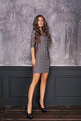 Стильное платье в клетку с лампасами с V-образным вырезом на груди