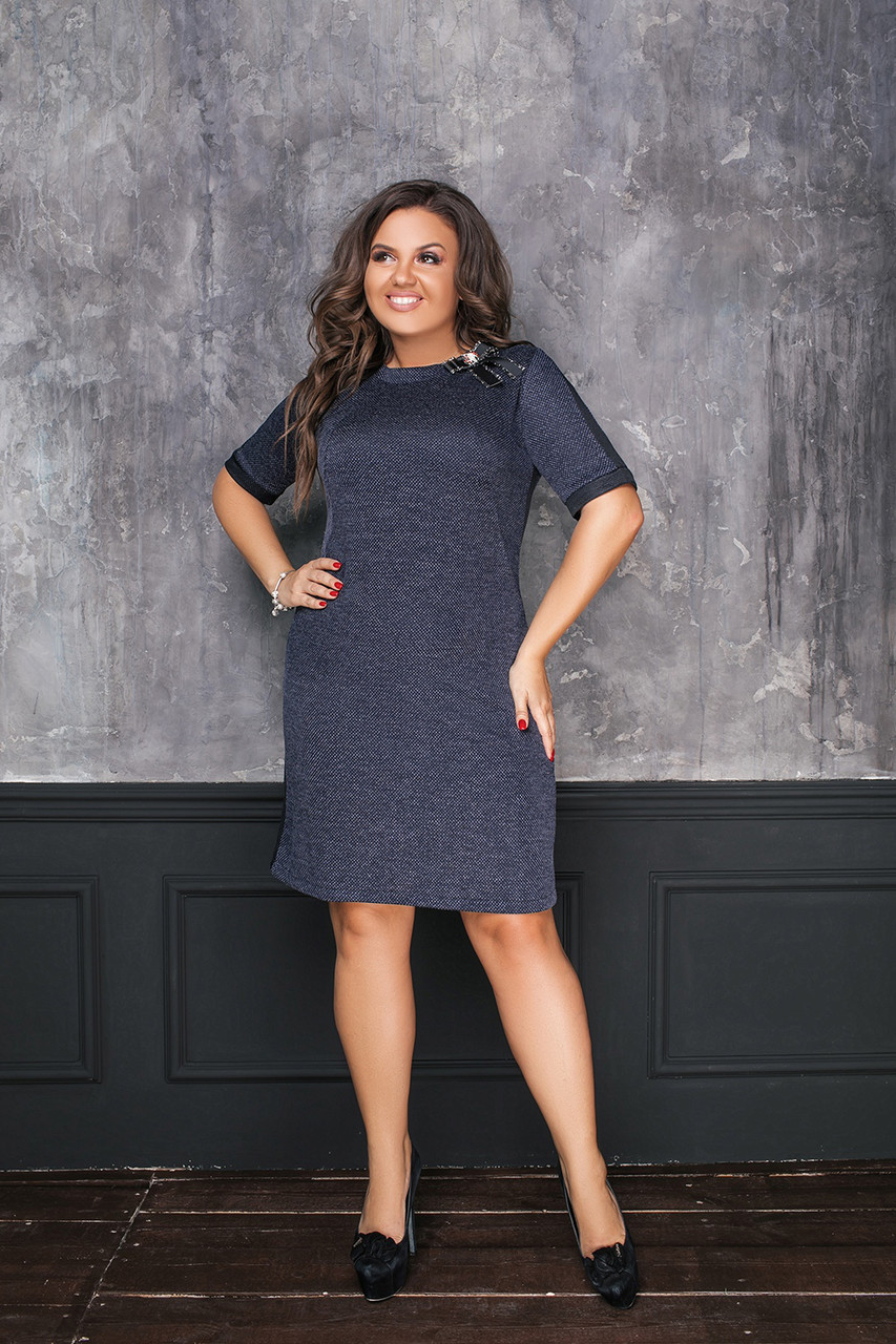 Офисное платье в крапинку из рифленого трикотажа с брошью на груди, батал большие размеры