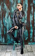 Женский облигающий черный костюм из эко-кожи