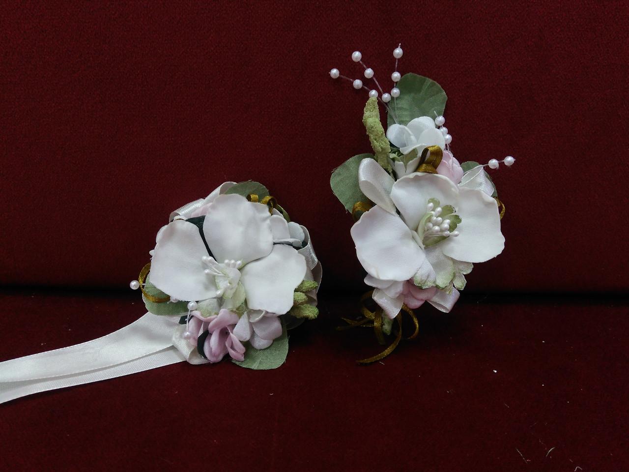 Свадебные бутоньерки для свидетелей (бутоньерка и цветочный браслет) из орхидей айвори с розовым