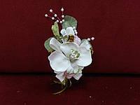 Свадебная бутоньерка из орхидеи айвори с розовым