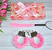 Набір для дорослих наручники і батіг в подарунковій упаковці.