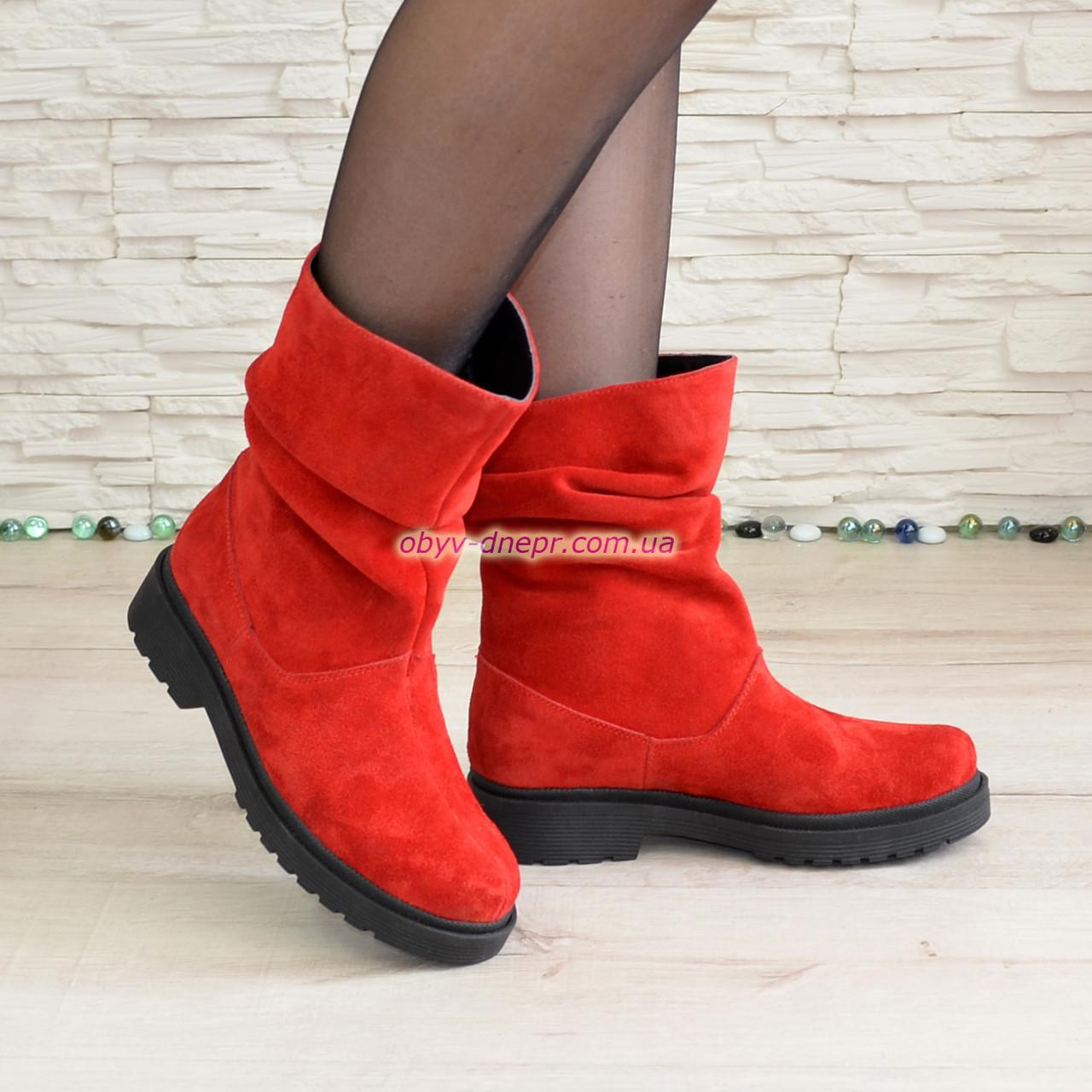 Ботинки женские демисезонные на низком ходу, из натуральной замши красного цвета