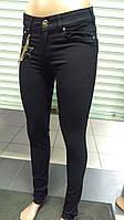 Женские черные узкие брюки с цепочкой