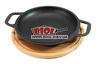Чугунная порционная сковорода 20см с ручками (крышка-сковорода) на деревянной подставке 24см (бук) БИОЛ 02032Д