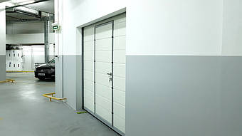 Гаражные секционные ворота с повышенным типом подъема и встроенной калиткой 1