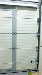 Гаражные секционные ворота с повышенным типом подъема и встроенной калиткой 2