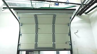 Гаражные секционные ворота с повышенным типом подъема и встроенной калиткой 12