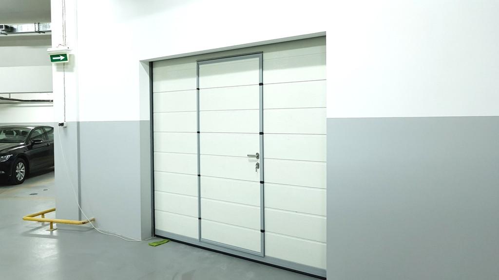 Гаражные секционные ворота с повышенным типом подъема и встроенной калиткой