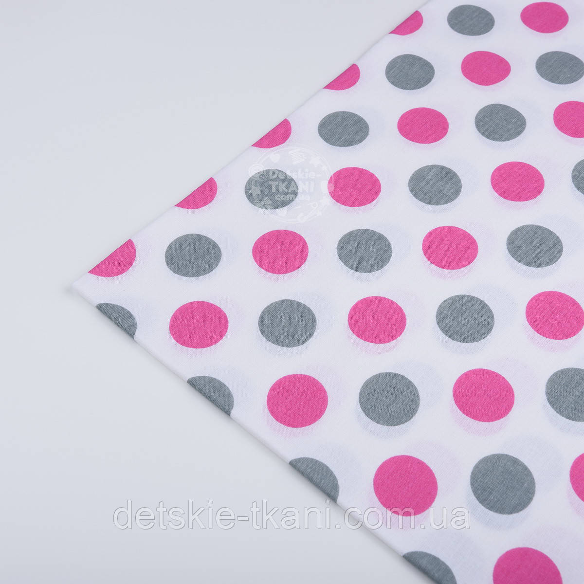 Лоскут ткани №538а с серыми и малиновыми горохами размером 3 см