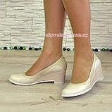 Женские классические бежевые туфли на невысокой устойчивой платформе, натуральные лак и кожа, фото 5