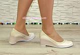 Женские классические бежевые туфли на невысокой устойчивой платформе, натуральные лак и кожа, фото 6