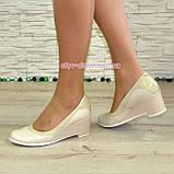 Женские классические бежевые туфли на невысокой устойчивой платформе, натуральные лак и кожа, фото 7