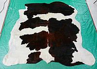 Небольшая недорогая шкурка коровы белоснежная с коричневыми пятнами